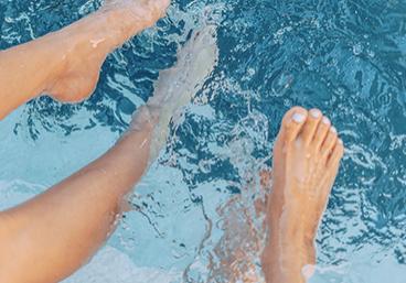 Tumbnail_0004_feet-splash-in-pool
